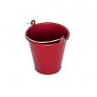 Červený kovový kbelík